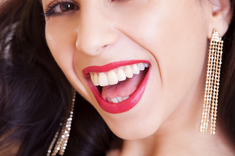 smiling woman with good teeth